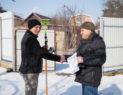 сотрудник Меридиан вручает результаты раздела земельного участка